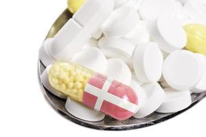 pillole e capsule con la bandiera della danimarca. (serie) foto