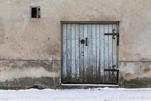 vecchia porta di legno con lucchetto foto