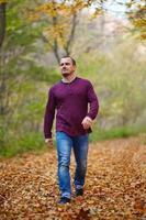 uomo caucasico che cammina nella foresta