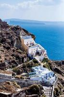 vista dall'alto sul mare, sul villaggio di Oia e sulle montagne foto