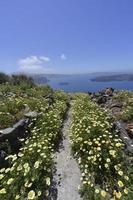camminare intorno al rock a imerovigli, santorini grecia