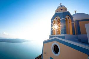 chiesa greca e croce - santorini foto