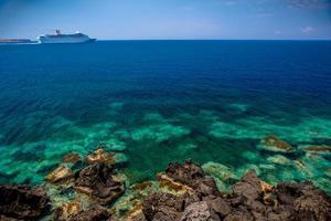 nave da crociera oltre la barriera corallina foto