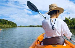 gita in kayak su un fiume foto