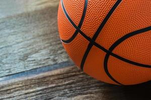 primo piano di pallacanestro sul pavimento del campo foto