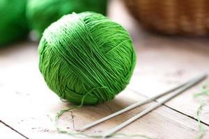bugna di filato con ferri da maglia