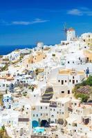 vista di oia il villaggio più bello dell'isola di santorini. foto