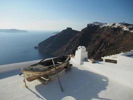 """barca """"incagliata"""" a santorini, in grecia foto"""