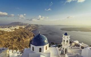 vista dell'angolo alto delle chiese della cupola blu di santorini, Grecia