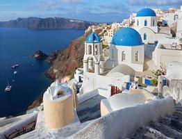 santorini - cupole di chiese tipicamente blu a oia foto