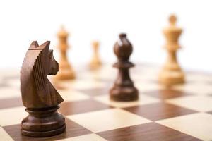 pezzi degli scacchi a bordo foto