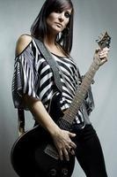 ragazza a suonare la chitarra foto