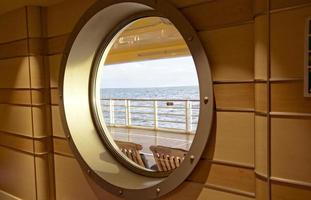oceano visto attraverso la finestra di crociera foto