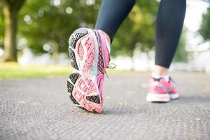 vicino foto di scarpe da ginnastica rosa