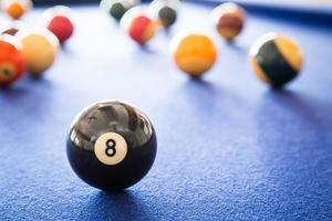 otto palle sul tavolo da biliardo