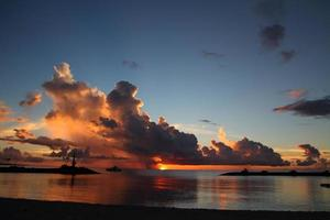 spiaggia al tramonto a okinawa, giappone foto