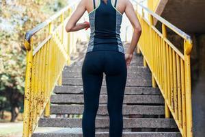 la donna si sta preparando a correre su per le scale foto