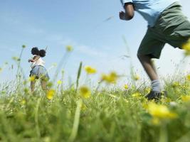 bambini che giocano nel campo