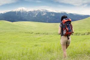 escursionista che cammina verso la montagna