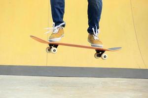 fare skateboard allo skatepark foto