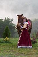 donna in abito royal barocco a cavallo foto