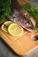 pesce persico su una tavola di cucina in legno