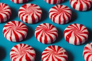 dolce caramella alla menta rossa e bianca