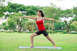 posa di yoga del guerriero foto