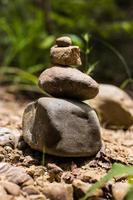 piramide di pietre zen nella foresta. foto