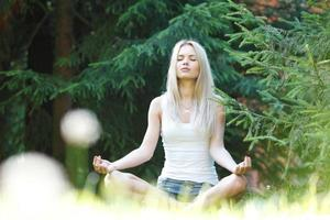 giovane donna bionda nella posa del loto foto
