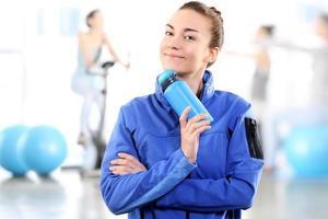 Ritratto di una donna che tiene una bottiglia blu foto
