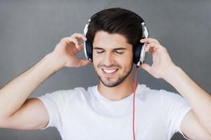godendo la sua musica preferita. foto