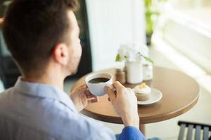 godendo il caffè da solo foto