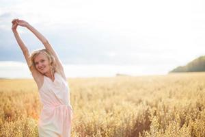 giovane donna che gode della luce solare foto