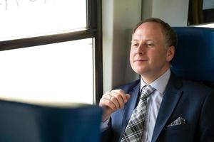 uomo d'affari godendo il suo viaggio in treno