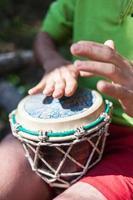 uomo che suona i tamburi a mano in natura
