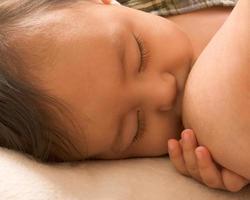 bambino assonnato godendo l'allattamento al seno