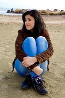 giovane donna che gode della spiaggia in autunno