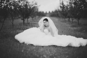 splendida giovane sposa godendo il giorno del matrimonio. foto