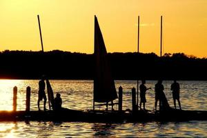 i marinai si godono il tramonto sul lago mendota