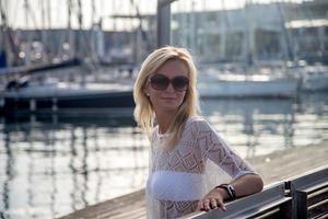 la giovane donna si gode la serata a Barcellona foto