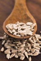 semi di girasole con un cucchiaio di legno foto