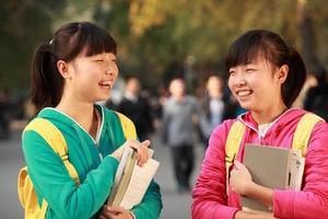 gli studenti asiatici si godono la giornata e il sole foto