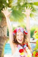 donna felice che gode del sole sulla spiaggia foto