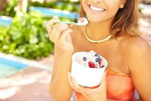 giovane donna afro-americana godendo yogurt gelato