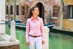 giovane donna felice che gode di essere a Venezia, Italia foto