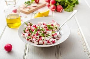insalata di primavera di ravanello con erbe foto