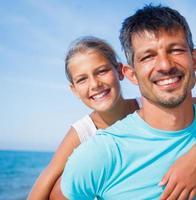 padre e figlia in spiaggia foto