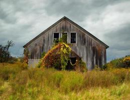 fienile abbandonato in autunno