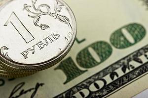 rublo russo sullo sfondo del dollaro americano foto